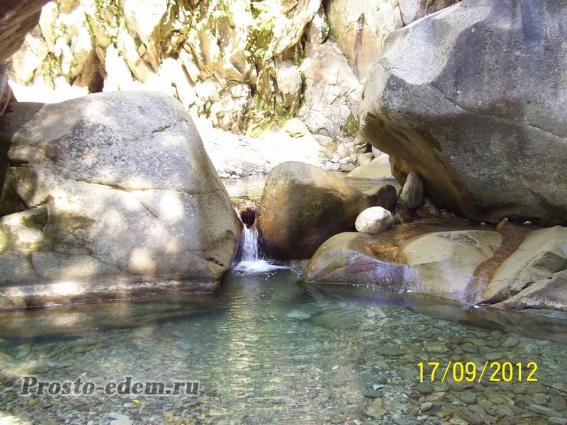 Водопад в ущелье