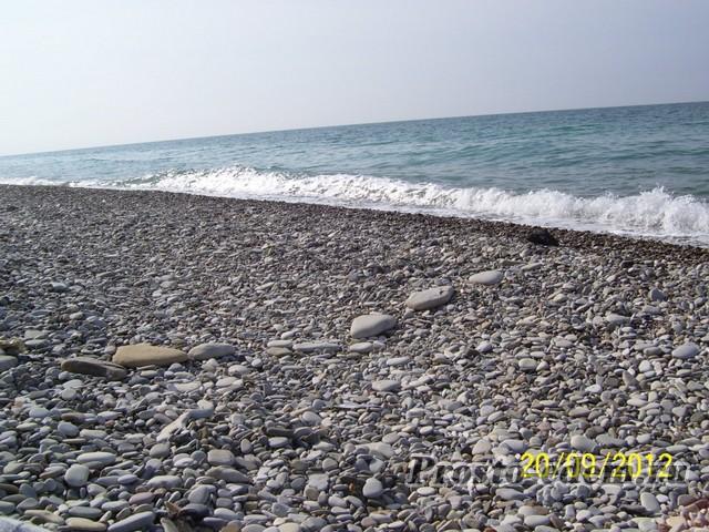 галечный пляж на море