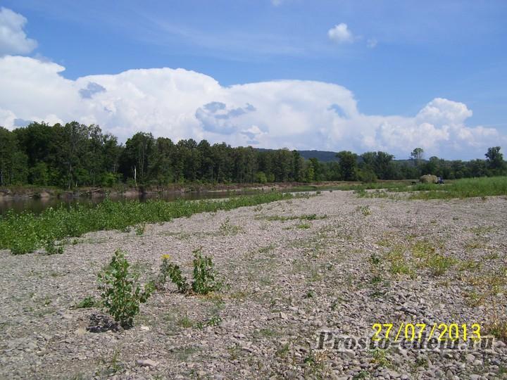 Пустой и чистый берег реки Инзер