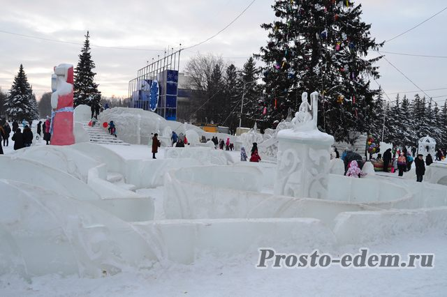 ледовый лабиринт на площади Ленина