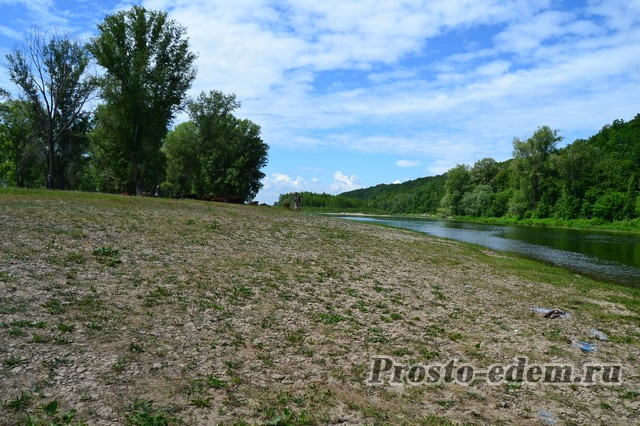 безлюдный берег реки