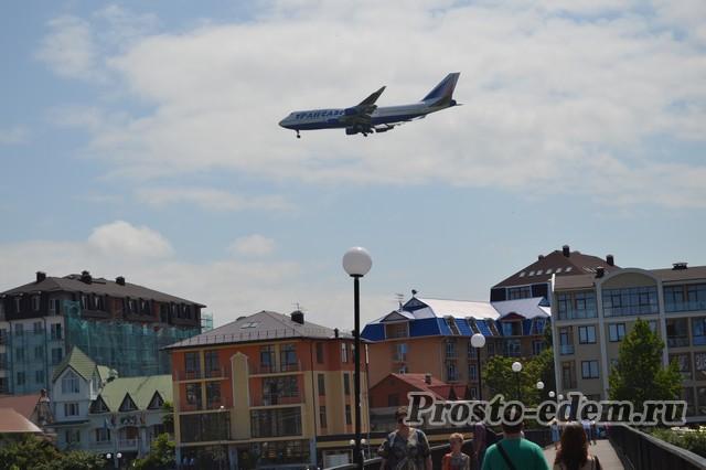 Вот так низко летают самолеты над рекой Мзымта