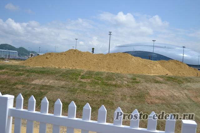 Горы завезенного в Сочи песка...