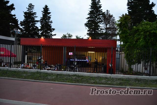 Кафе с живой музыкой на набережной Олимпийского парка