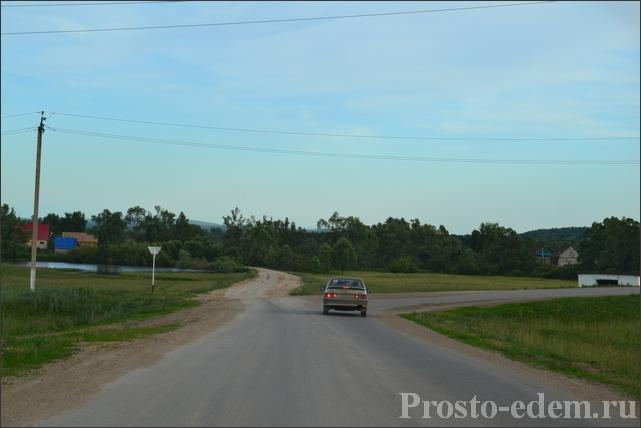 Перед Кальтовкой снова 2 дороги – одна прямо, другая заводит в деревню. Можно ехать по любой и искать места вдоль Сима. Но лучше прямо, т.к. в деревне незнающим местность легко запутаться.