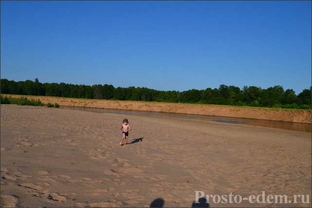 Огромный песочный пляж на реке Сим