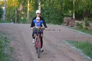поддерживать шею ребенка в велокресле