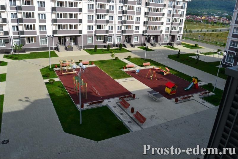 Вид из окна: детская площадка в Русском Доме