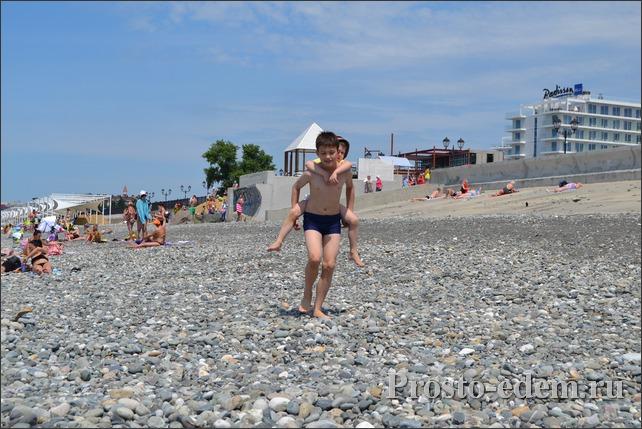Пляж около отеля Редиссон в Адлере