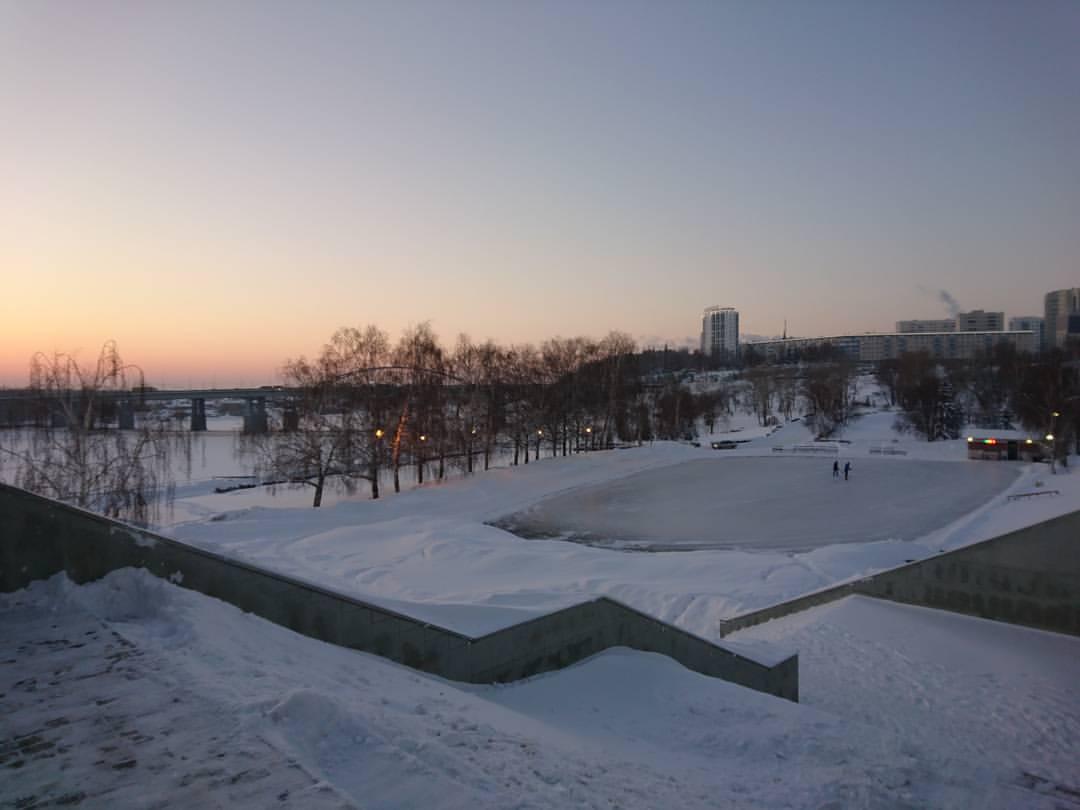 Каток на Монументе дружбы около Белой
