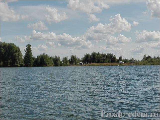 Вид на дикий пляж с озера