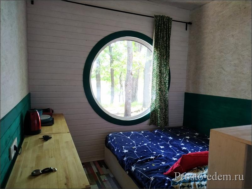 комната с круглым окном